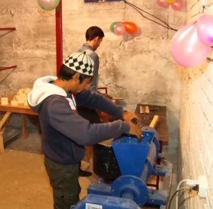 Базар-Коргон районунун жашоочусу 27 жаштагы Билал Сражидин уулу өз үйүндө чакан цех ачкан.