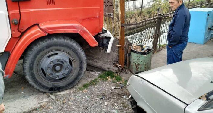 В Бишкеке произошло ДТП с участием пожарной машины