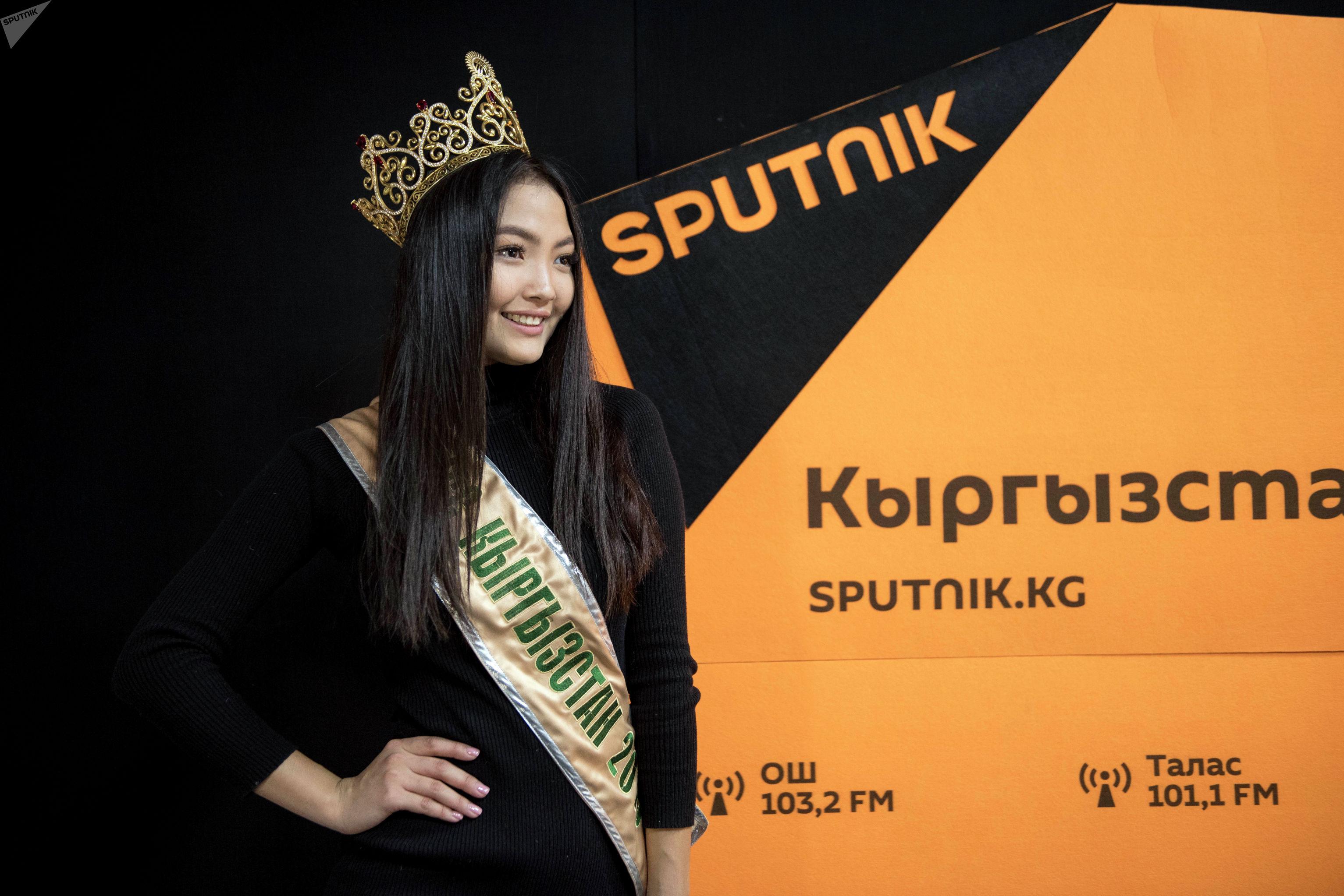 Победительница конкурса красоты Мисс Кыргызстан — 2019 Айжан Чаначева во время беседы на радио