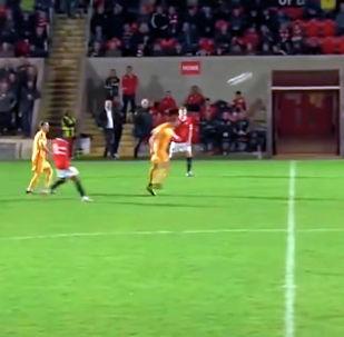 Английский футболист Стефан Галински стал автором невероятного гола головой в матче седьмой лиги страны.