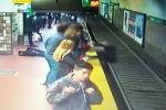 Камера видеонаблюдения на одной из станций метро в Буэнос-Айресе (Аргентина) зафиксировала момент падения женщины на рельсы перед ехавшим поездом.