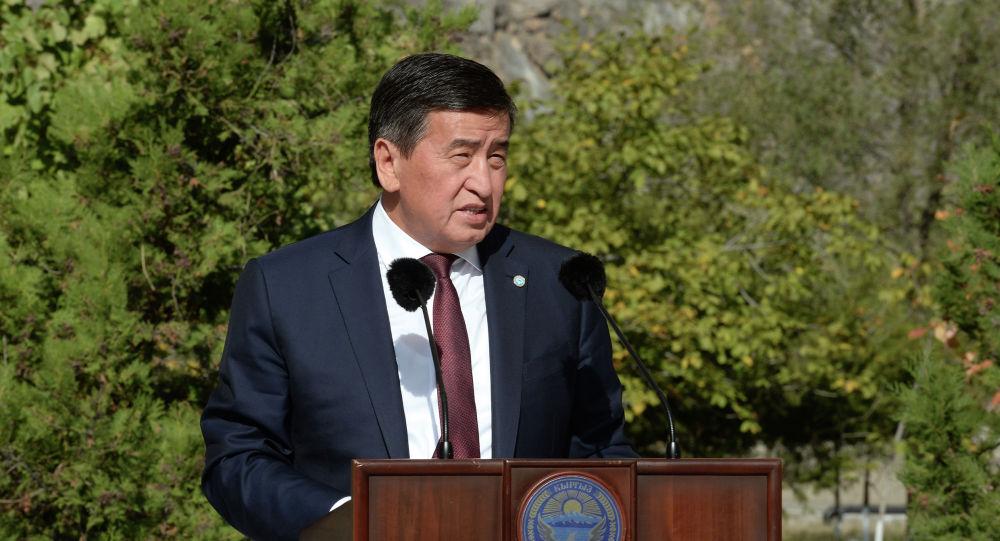 Президент КР Сооронбай Жээнбеков во время ознакомления с ходом реализации проекта по реабилитации Токтогульской ГЭС в рамках двухдневной рабочей поездки в Жалал-Абадскую область