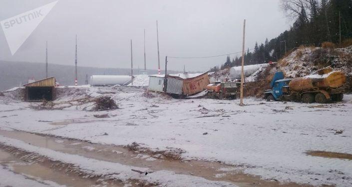Вид рабочего поселка золотодобывающей артели в Курагинском районе Красноярского края, где ночью на реке Сейба была прорвана технологическая дамба, в результате чего были затоплены общежития рабочих