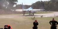 Один из роликов набрал 367 тысяч просмотров, второй — 161 тысячу. На кадрах видно, как люди кубарем катятся по земле, сбитые потоком воздуха от двигателя Су-27.