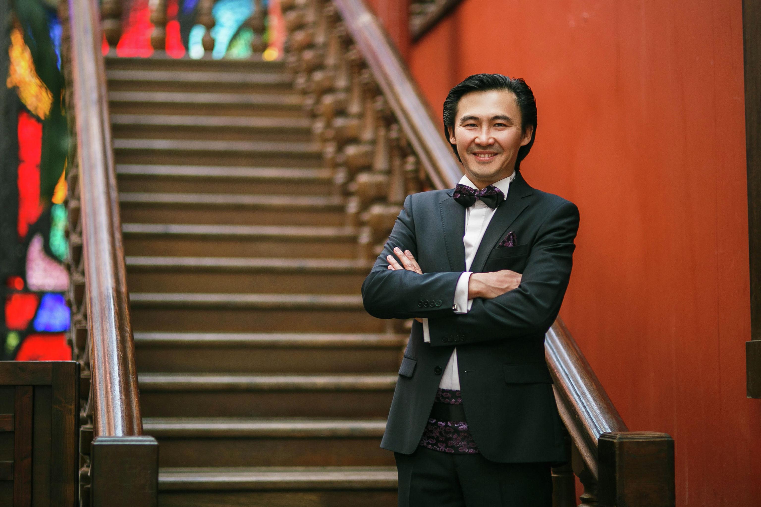Пианист, ведущий и конферансье Сардар Исмаилов во время ведения мероприятия