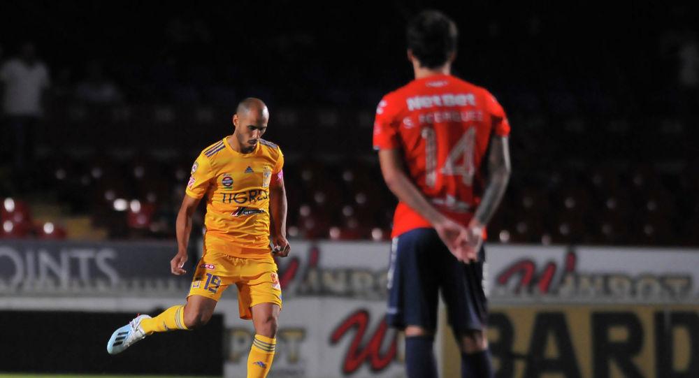 Себастьян Родригес из Веракруса наблюдает за выступлением Родригеса Тигресома который принимает участие в футбольном матче мексиканского турнира Apertura 2019 на стадионе Луиса.