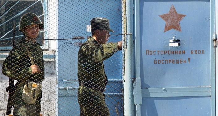Кыргызские солдаты охраняют ворота молдавановской колонии, около 37 км от Бишкека. 21 октября 2005 года