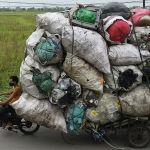 Вьетнамдын Ханой шаарынын четинен таштанды чогулткан киши пластикти кайра иштетүүгө алып бара жатат