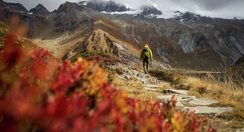 Турист прогуливается по склону горы. Архивное фото