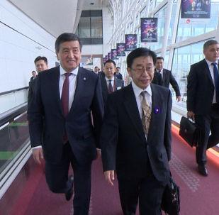 Президент Кыргызстана Сооронбай Жээнбеков прибыл в Японию с рабочим визитом на обычном пассажирском самолете. Эту информацию подтвердила пресс-служба главы государства.