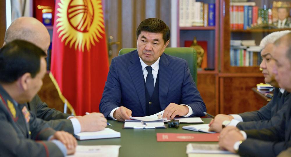 Премьер-министр Мухаммедкалый Абылгазиев ишкер Хуфур Абдурахемандын өлүмү боюнча кеңешме учурунда