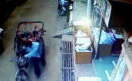 В Индии произошел невероятный случай: мальчик упал с балкона прямо на сиденье проезжавшей под окнами дома рикши.