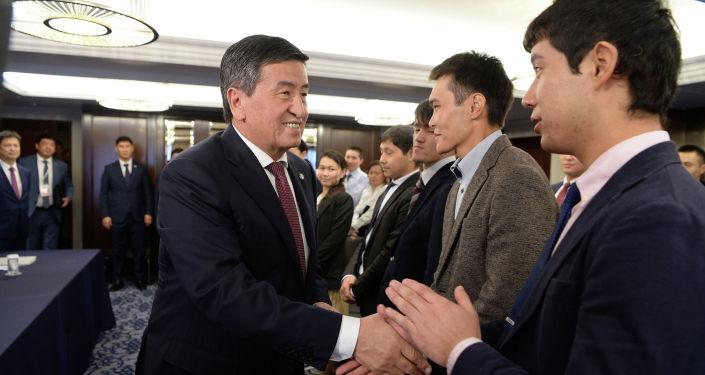 Президент Сооронбай Жээнбеков Японияга болгон иш сапарынын алкагында ал жактагы кыргызстандыктар менен Токио шаарында жолукту