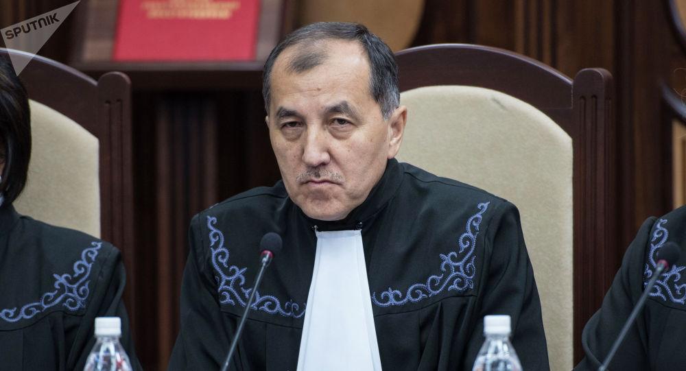 Судья Конституционной палаты ВС КР Эркинбек Мамыров на процессе рассмотрения иска представителей и депутатов СДПК о конституционности лишения Атамбаева статуса экс-президента
