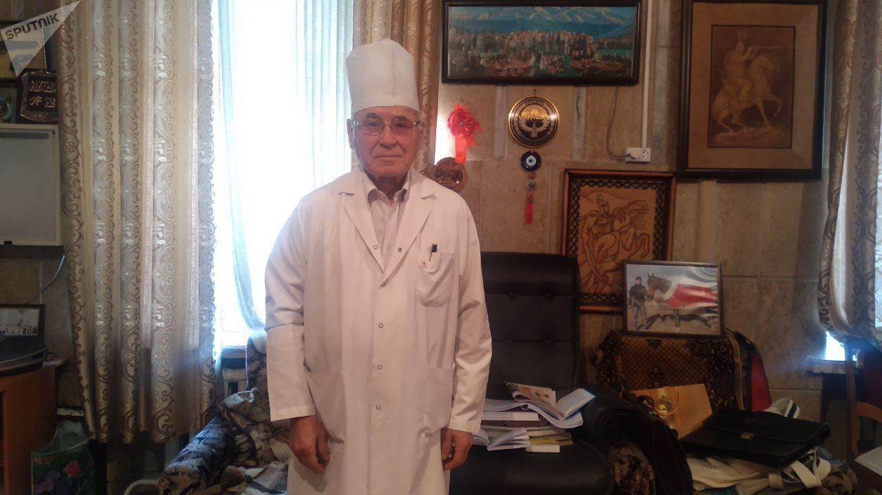 Нейрохирург, профессор Миталип Мамытов в своем кабинете