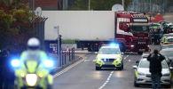 Сотрудники полиции у фуры, в которой нашли тела 39 человек, Эссекс, Великобритания. 23 октября 2019 года