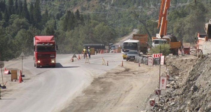 В горах на трассе Бишкек — Ош строят галерею длиной 460 метров