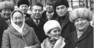 Атактуу актриса Даркүл Күйүкова, Сабира Күмүшалиева, төкмө акын Эстебес Турсуналиев жана алардын замандаштарынын сүрөтү 1980-жылдары Фрунзе (азыркы Бишкек) шаарында тартылган.