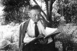Ученый, манасовед и переводчик Зияш Бектенов читает книгу
