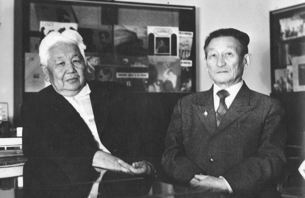 Ученый, манасовед и переводчик Зияш Бектенов и писатель Тугельбай Сыдыкбеков