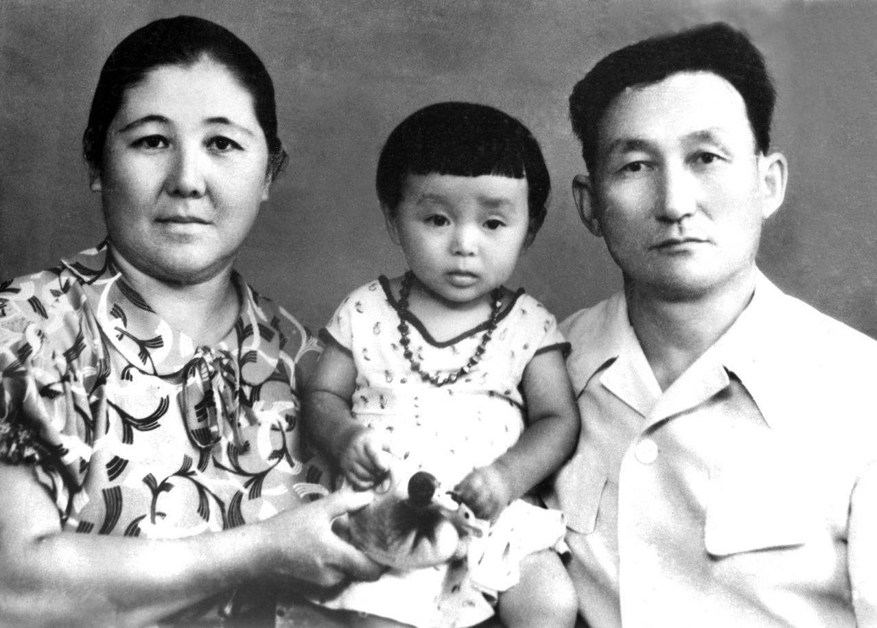 Ученый, манасовед и переводчик Зияш Бектенов с семьей