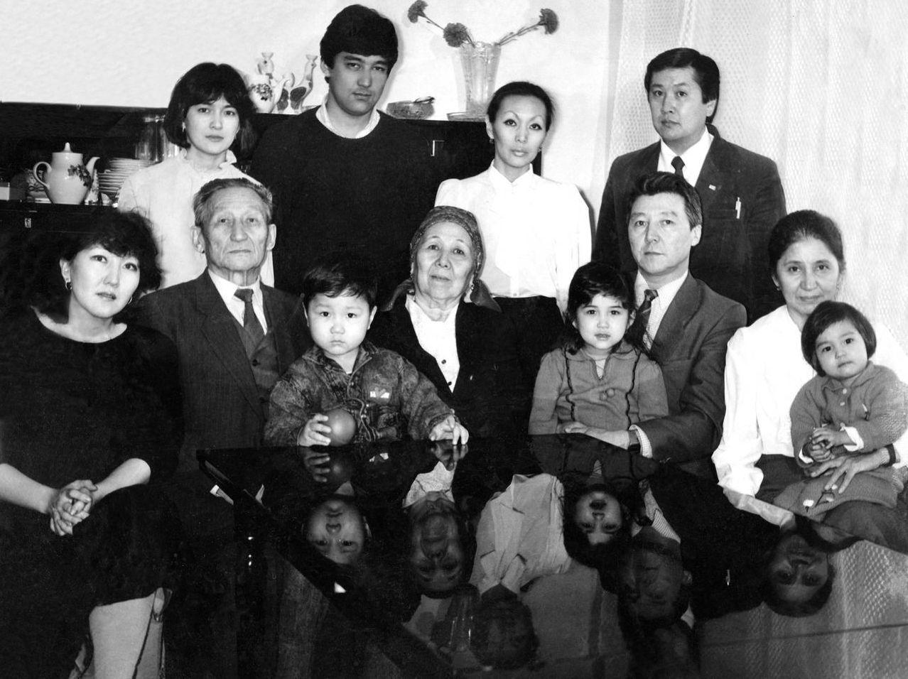 Ученый, манасовед и переводчик Зияш Бектенов со своей семьей