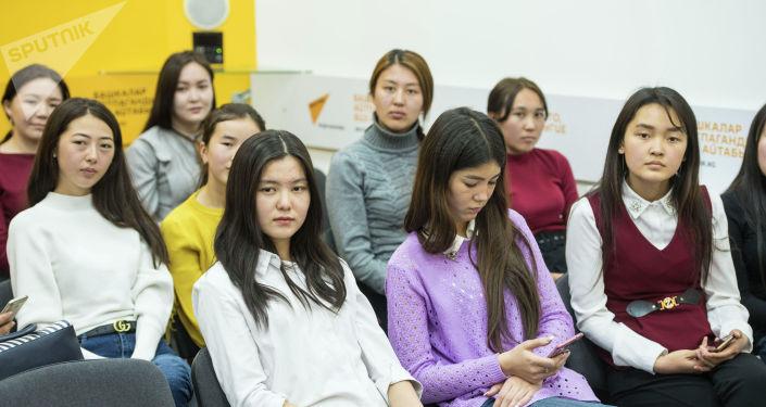 Корреспондент информационного агентства Sputnik Кыргызстан Таалайгуль Усенбаева рассказала студентам, как СМИ могут менять жизнь людей в лучшую сторону на мастер классе SputnikPro