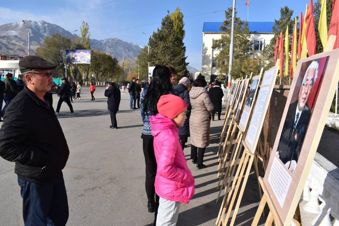 Фотовыставка к столетию Героя Кыргызской Республики, государственного деятеля Турдакуна Усубалиева на площади Ала-Тоо Нарына