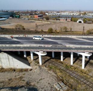 На новом эстакадном мосту Бишкека уже уложили асфальт и завершаются дорожные работы. Речь идет о сооружении, которое должно соединить восточную и западную части улицы Льва Толстого. Мост проходит над железнодорожными путями.
