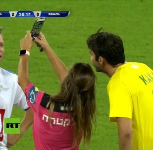 На товарищеском матче между легендами сборных Бразилии и Израиля произошел забавный случай. Видео этого момента опубликовал на своем Youtube-канале телеканал RT.