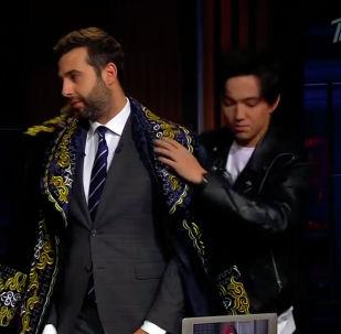 Известный казахстанский певец Димаш Кудайберген стал гостем передачи Вечерний Ургант на российском Первом канале.