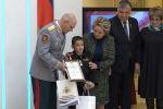 В Москве 10-летнего Бахтиёра Усмонова из Таджикистана наградили медалью За мужество в спасении, потому что он не растерялся в сложной ситуации.