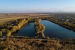 Вид на озеро в селе Достук в Аламудунском районе Чуйской области