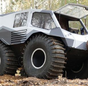 Этот вездеход может с легкостью передвигаться даже по болоту. Главная особенность — новаторская система подвески. Создатель машины планирует начать серийное производство.