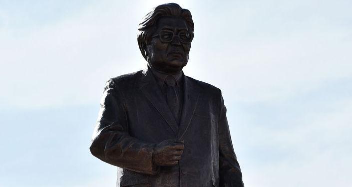 На главной площади города Нарын состоялась официальная церемония открытия памятника политическому деятелю Турдакуну Усубалиеву