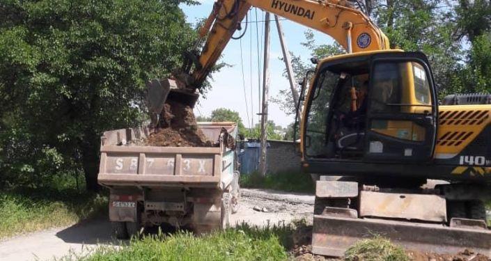 В Бишкеке на нескольких улицах провели центральную канализацию