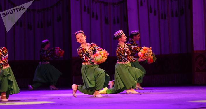 Праздничный концерт в честь Дня народного единства России в большом зале Национальной филармонии имени Токтогула Сатылганова.