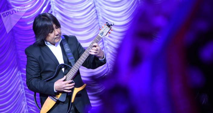Певец и музыкант Адиль Чекилов на праздничном концерте в честь Дня народного единства России в большом зале Национальной филармонии имени Токтогула Сатылганова.