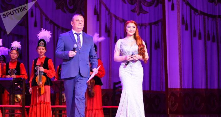 Ведущие на праздничном концерте в честь Дня народного единства России в большом зале Национальной филармонии имени Токтогула Сатылганова.