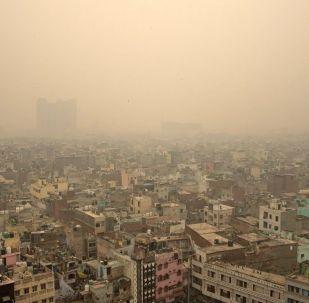 В столице Индии — Нью-Дели загрязнение воздуха достигло столь опасного уровня, что власти вынуждены объявить чрезвычайное положение.
