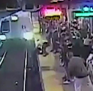 В метро Окленда (штат Калифорния, США) сотрудник подземки спас опрометчивого пассажира, упавшего на рельсы перед поездом.