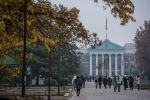 Бишкектеги жаштар аллеясында бараткан адамдар
