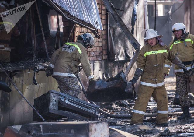 Сотрудники МЧС на месте пожара в фастфуде Антошка в центре Бишкека на пересечении проспектов Чуй и Эркиндик
