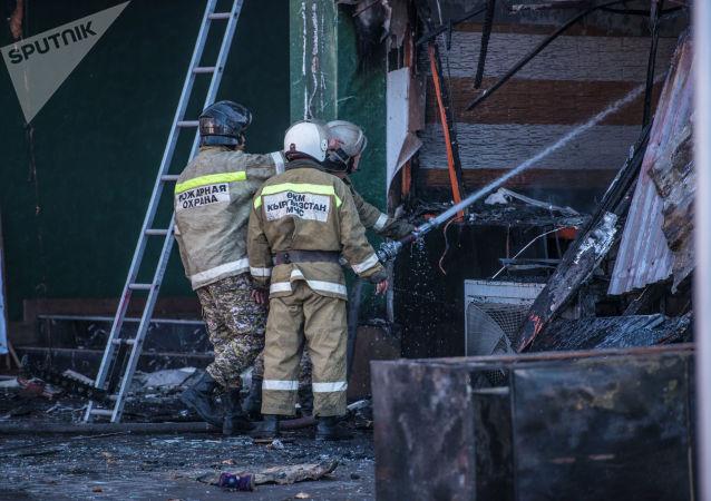 Также к месту возгорания прибыли сотрудники милиции и медики