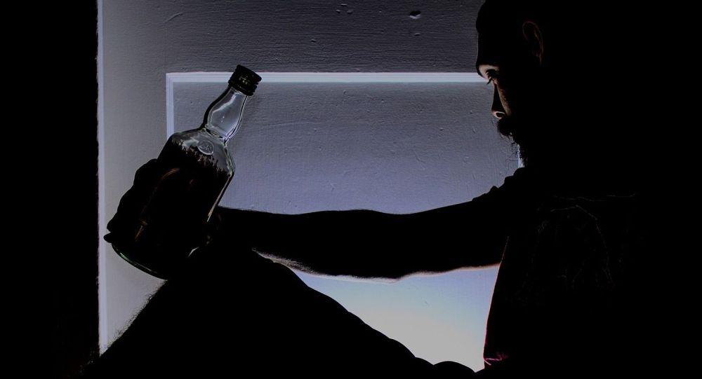 Мужчини со спиртным напитком в руках. Архивное фото