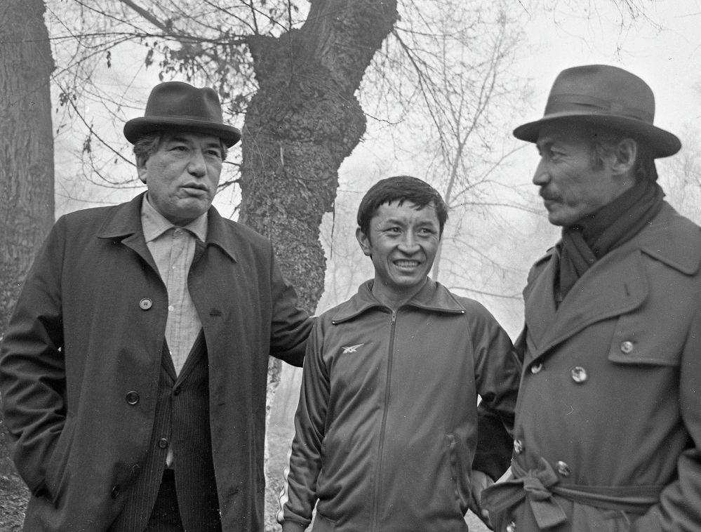 Олимпиада чемпиону Сатымкул Жуманазаров менен Чоң-Таш айылында. 1981-жыл.