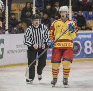 Кыргызстандын хоккей курама командасынын оюнчусу. Архив