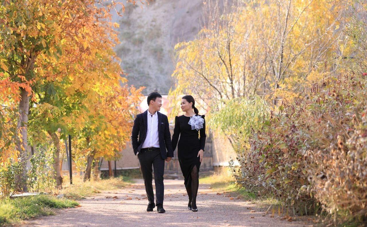 Кыргызстанский юморист, актер и телеведущий Самат Эркинбеков со своей невестой