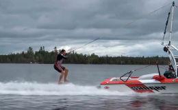Вейкбордист проделывает удивительный трюки на воде. Видео было снято в Канаде и опубликовано на YouTube-канале Viral Hog.