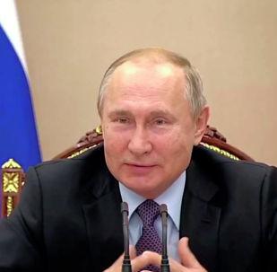 Во время встречи с членами правительства президент РФ Владимир Путин поинтересовался, кто из присутствующих сделал прививку от гриппа.